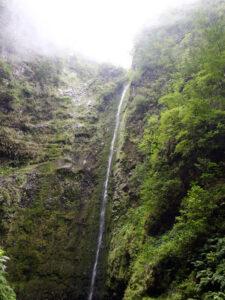 Zahlreiche Wasserfälle säumen den Weg