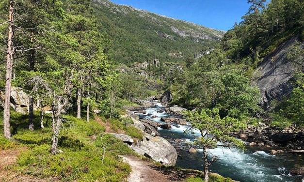 Durch das Tal der Wasserfälle bei Kinsarvik